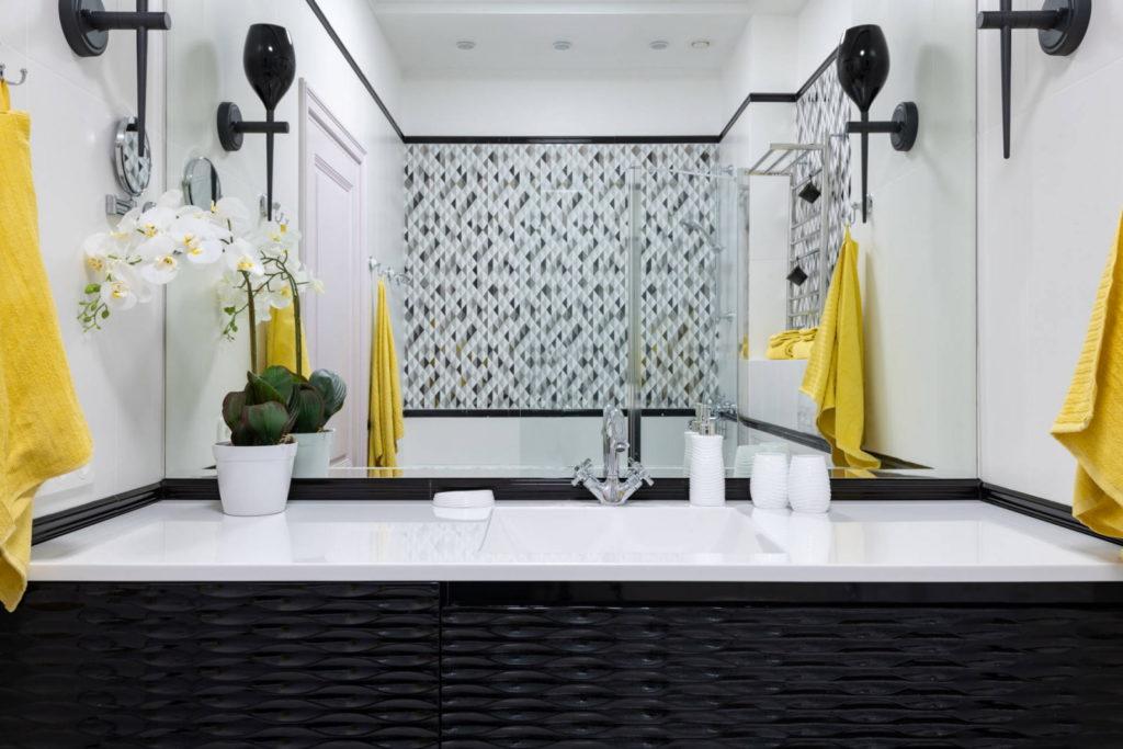 Черно белая ванна с яркими акцентами