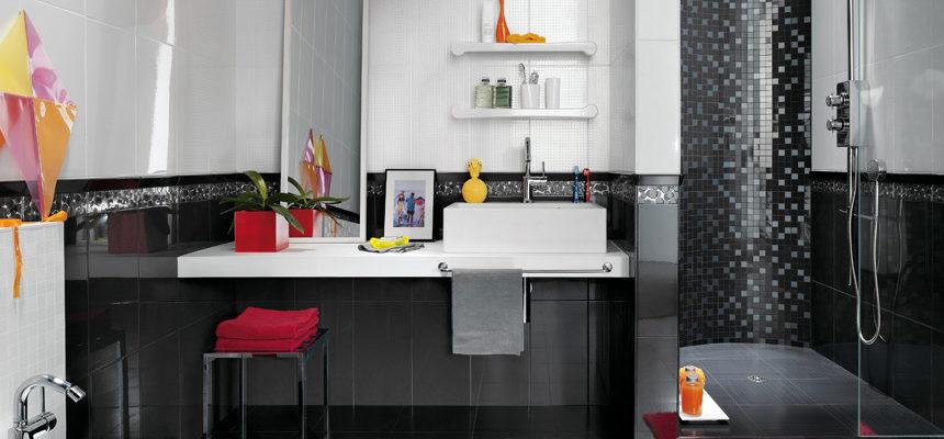 Черно белая ванная с яркими акцентами